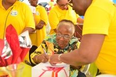 Remise de présents aux personnes âgées
